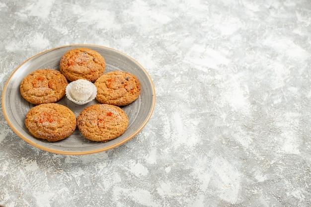 Vorderansicht köstliche sandplätzchen innerhalb platte auf hellweißem tischkuchen-kekskeks