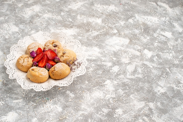 Vorderansicht köstliche sandplätzchen mit frischen erdbeeren auf weißem raum