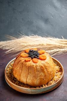 Vorderansicht köstliche shakh plov gekochte reismahlzeit mit rosinen auf dem dunklen hintergrund mahlzeit abendessen teig, der lebensmittelreis kocht