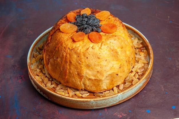 Vorderansicht köstliche shakh plov gekochte reismahlzeit mit rosinen auf dem dunklen hintergrundmahlzeitteig, der lebensmittelreis kocht
