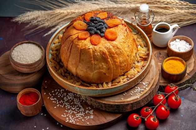 Vorderansicht köstliche shakh plov gekochte reismahlzeit mit rosinen auf dunklem hintergrundmahlzeitteig, der reisdinner kocht