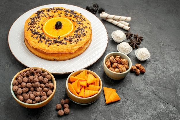 Vorderansicht köstliche süße torte mit orangenscheiben auf dunkelgrauem hintergrund teig obstkuchen kuchen keks