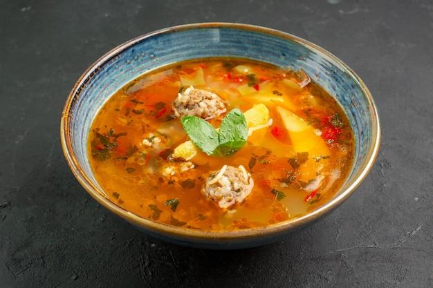 Vorderansicht köstliche suppe mit fleischbällchen und kartoffeln auf dunklem hintergrund