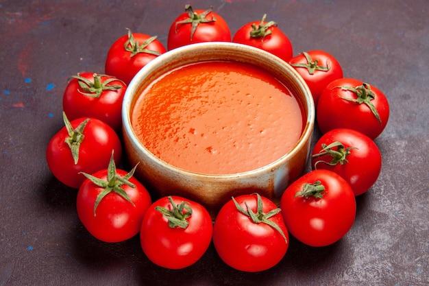 Vorderansicht köstliche tomatensuppe mit frischen tomaten auf dunklem raum