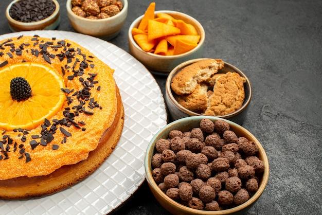 Vorderansicht köstliche torte mit orangenscheiben auf dunklem hintergrund tee keks obst dessert kuchen kuchenpie