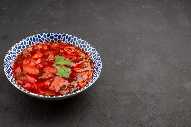 Vorderansicht köstliche ukrainische rübensuppe mit borschtsch auf dem dunklen raum