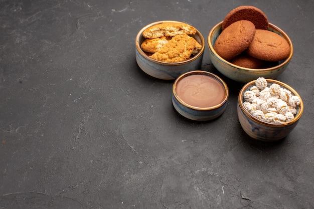 Vorderansicht köstliche zuckerkekse mit bonbons auf dunklem hintergrund keks zuckerkeks süß