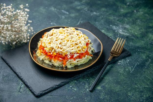 Vorderansicht köstlichen mimosensalat innerhalb platte auf dunkelblauer oberfläche küche foto geburtstag farbe essen fleisch urlaub mahlzeit küche
