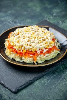 Vorderansicht köstlichen mimosensalat innerhalb platte auf dunkelblauer oberfläche küche foto geburtstag mahlzeit farbe essen küche urlaub