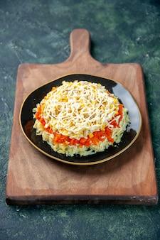 Vorderansicht köstlichen mimosensalat innerhalb platte auf dunkelblauer oberfläche küche foto lebensmittel küche fleisch urlaub mahlzeit farbe geburtstag