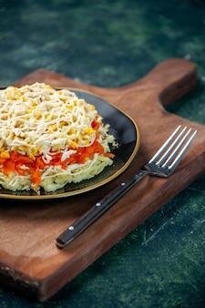 Vorderansicht köstlichen mimosensalat innerhalb platte auf dunkelblauer oberfläche mahlzeit küche foto essen küche fleisch urlaub geburtstag farben