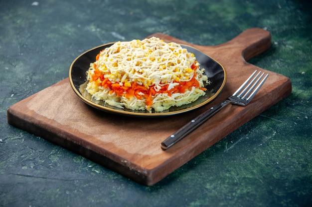 Vorderansicht köstlichen mimosensalat innerhalb platte auf dunkelblauer oberfläche mahlzeit küche foto lebensmittel küche fleisch geburtstag farbe