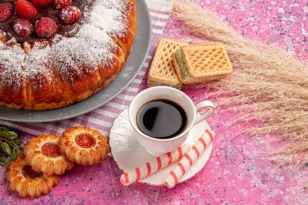 Vorderansicht köstlicher erdbeerkuchenzucker pulverisiert mit tasse tee waffeln und keksen auf hellrosa oberflächenkuchen süßer keksplätzchentee