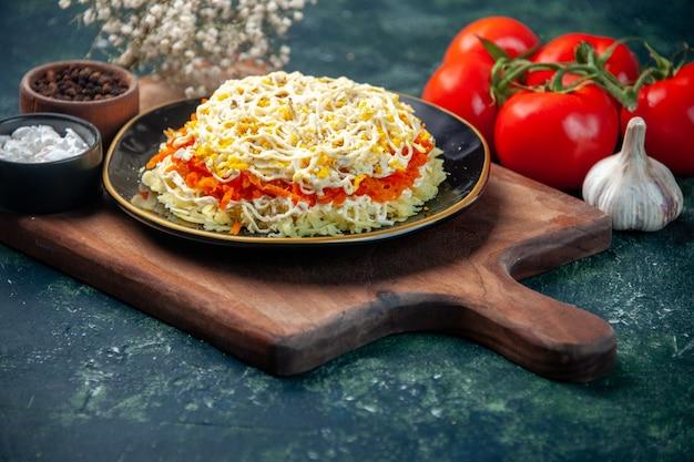 Vorderansicht köstlicher mimosensalat innerhalb platte mit roten tomaten auf dunkelblauer oberfläche mahlzeit küche foto essen geburtstag farbe fleisch küche