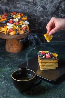 Vorderansicht köstlicher obstkuchen mit tasse tee dunkel