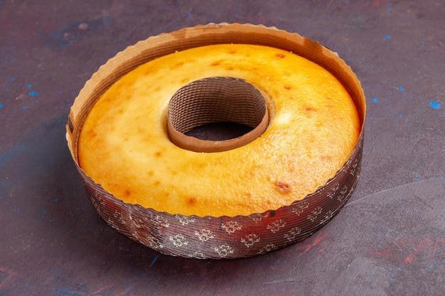Vorderansicht köstlicher runder kuchen perfekter süßer kuchen für tee auf dem dunklen hintergrund tee süßer kuchen-zuckerteig-kuchen