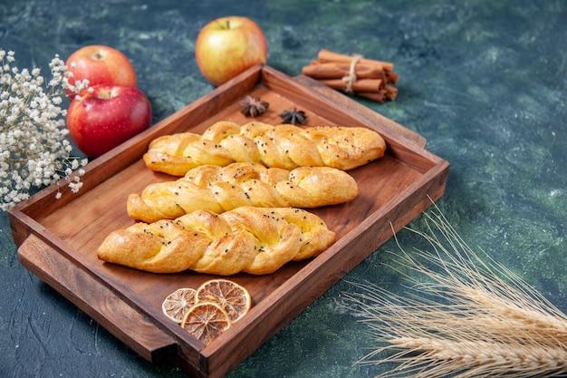 Vorderansicht köstliches gebäck auf dunkelblauem teigkuchenkuchen ofentee süße heiße kuchen backen farben