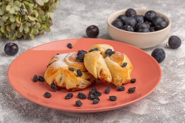 Vorderansicht köstliches gebäck mit füllung innenplatte zusammen mit schwarzdorn auf dem weißen tisch, süßer zuckerkuchen backen gebäck