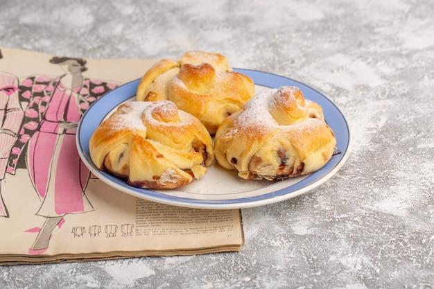 Vorderansicht köstliches gebäck mit füllung innerhalb platte auf dem weißen tisch, süßer zuckerkuchen backen gebäckfrucht