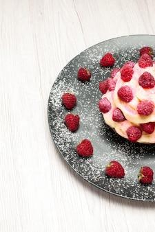 Vorderansicht köstliches obstkuchen-sahne-dessert mit himbeeren auf weißem hintergrund süße sahne-dessert-keks-kuchen-torte
