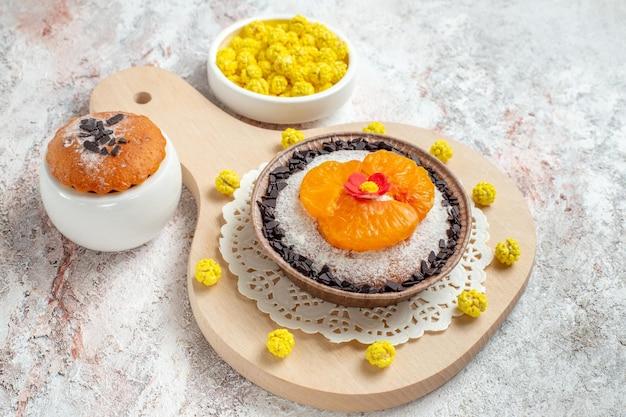 Vorderansicht köstliches schokoladendessert mit geschnittenen mandarinen auf weißem raum white