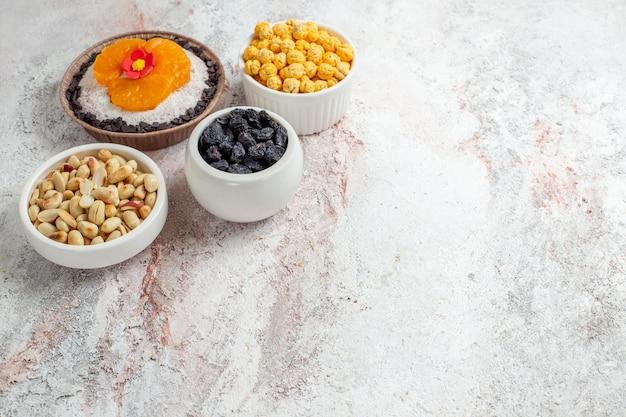 Vorderansicht köstliches schokoladendessert mit nüssen und rosinen auf weißem raum