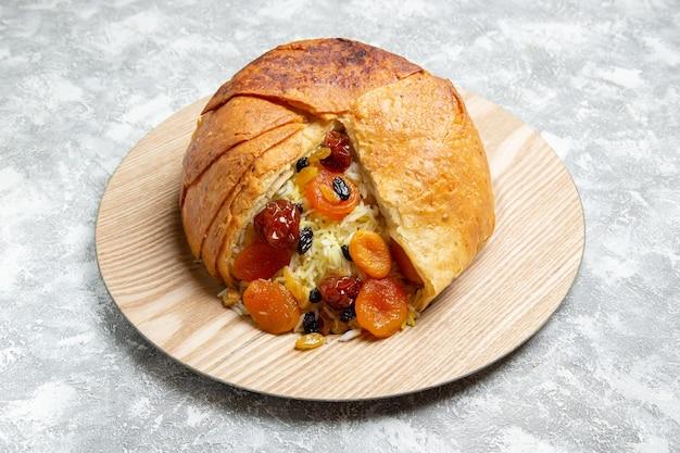 Vorderansicht köstliches shakh plov gekochtes reisgericht mit rosinen auf weißem raum