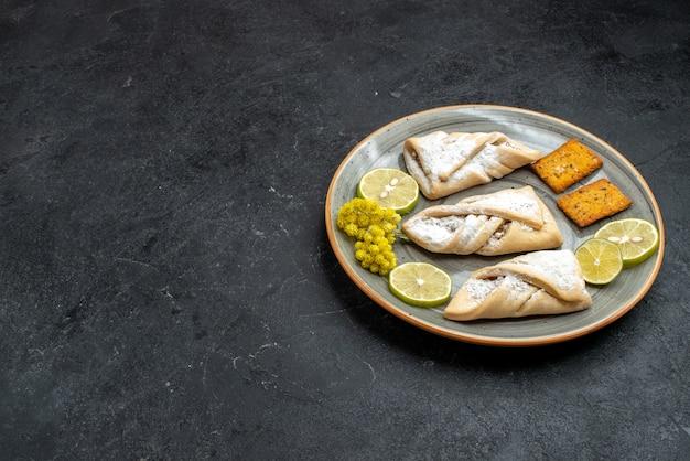 Vorderansicht köstliches teiggebäck süß und zucker pulverisiert auf dunkelgrauer wand süßer kuchenteiggebäck backen zuckerkuchenplätzchen