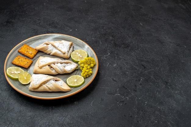Vorderansicht köstliches teiggebäck süß und zucker pulverisiert auf dunkelgrauer wand süßes kuchenteiggebäck backen zuckerkuchenplätzchen
