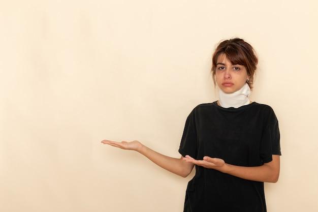 Vorderansicht kranke junge frau mit hoher temperatur und sich auf weißer oberfläche krank fühlend