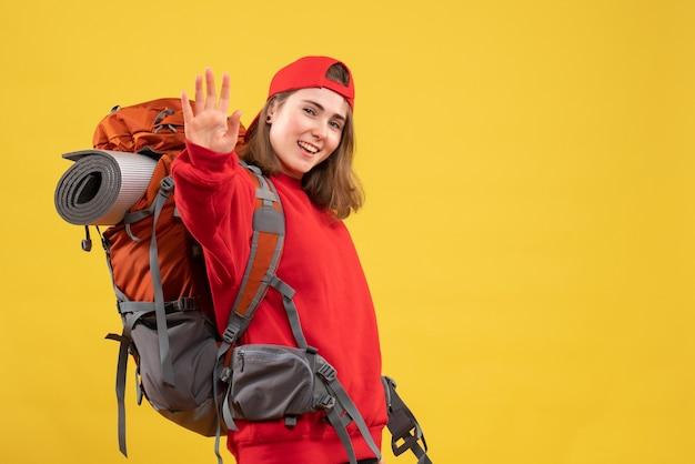 Vorderansicht kühlen weiblichen reisenden mit rucksack, der hohe fünf gibt