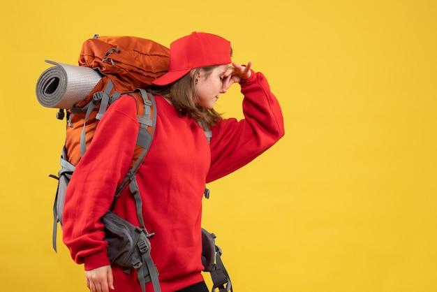 Vorderansicht kühlen weiblichen reisenden mit rucksack, der nase hält