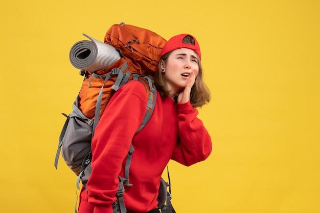 Vorderansicht kühlen weiblichen reisenden mit rucksack, der zähne mit schmerzen hält