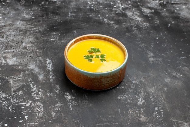 Vorderansicht-kürbissuppe mit grün innerhalb platte auf dunklem tisch obstsuppe mahlzeit gericht