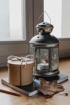 Vorderansicht lampe mit kerze und runder box auf der tagesordnung