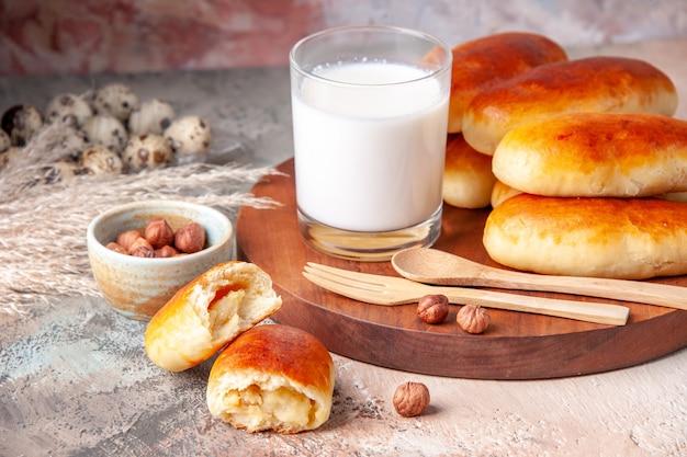 Vorderansicht lecker gebackene hotcakes mit glas milch