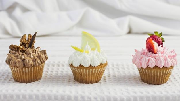 Vorderansicht leckere cupcakes verschiedener geschmacksrichtungen