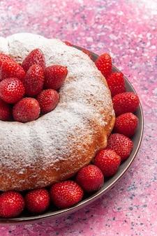 Vorderansicht leckere erdbeerkuchen mit zuckerpulver auf rosa