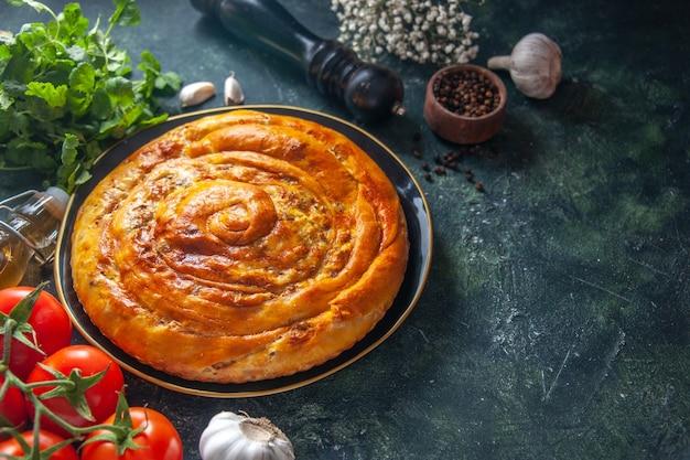 Vorderansicht leckere fleischpastete in der pfanne mit knoblauch auf dunklem hintergrund kuchen essen backen teig ofen kuchen gebäck keks
