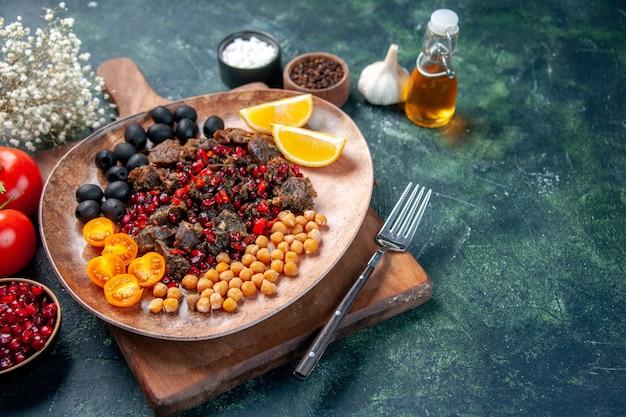 Vorderansicht leckere fleischscheiben gebratene mahlzeit mit trauben und bohnen innerhalb platte auf dunklem hintergrund
