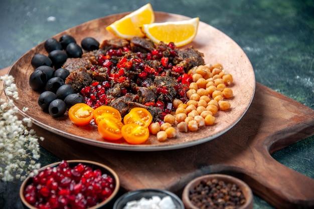 Vorderansicht leckere fleischscheiben gebratenes essen mit früchten innerhalb platte auf dunklem hintergrund