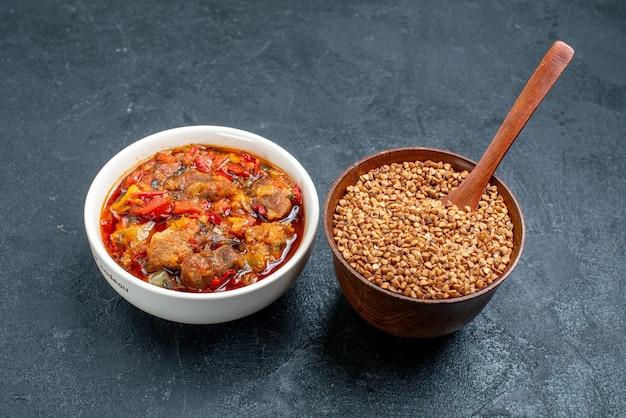 Vorderansicht leckere gemüsesuppe mit rohem buchweizen auf dem grauraum
