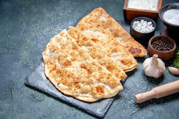 Vorderansicht leckere gutabs dünne heiße kuchen mit pfeffer und salz auf dunkler oberfläche