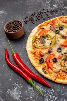 Vorderansicht leckere käsepizza in scheiben geschnitten und auf grauer oberfläche serviert