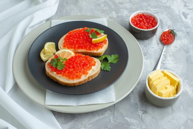 Vorderansicht leckere kaviar-sandwiches im teller auf weißer oberfläche snack brot frühstück abendessen fisch essen toast essen