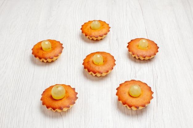 Vorderansicht leckere kleine kuchen perfekte süßigkeiten für tee auf einem weißen schreibtisch kuchen kuchen süße dessert tee kekse