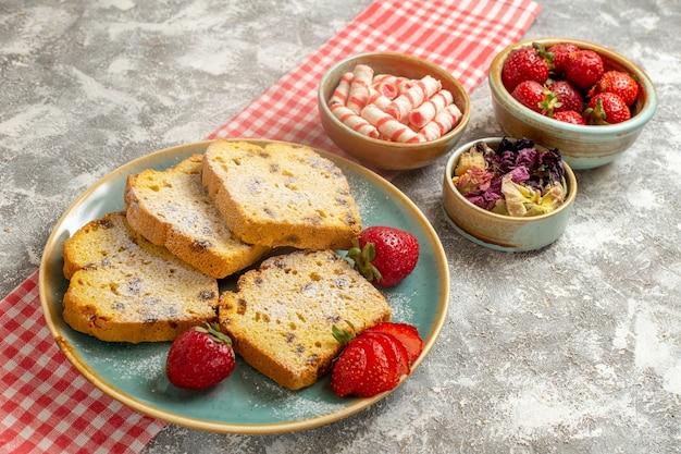 Vorderansicht leckere kuchenstücke mit frischen erdbeeren auf weißer torte süße tortenfrucht
