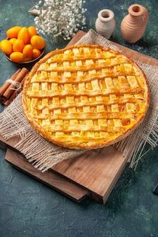 Vorderansicht leckere kumquat-torte auf dunkelblauem hintergrund