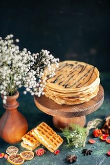 Vorderansicht leckere pfannkuchen auf dunkelblauer oberfläche