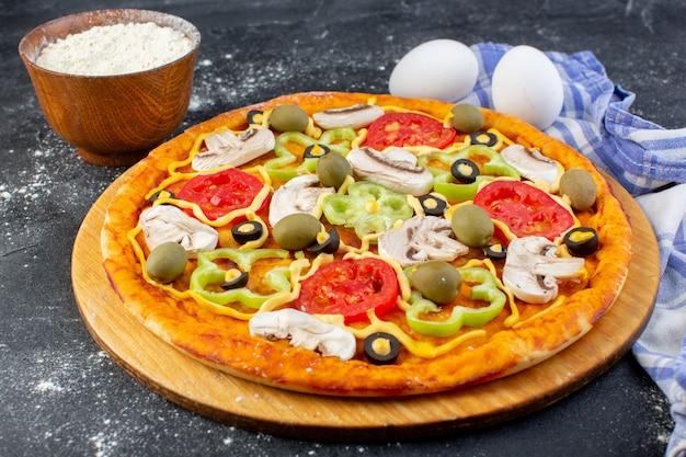 Vorderansicht leckere pilzpizza mit paprika-oliven und pilzen mit roten tomaten
